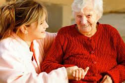 idosa cuidando dela
