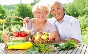 idosos alimentando
