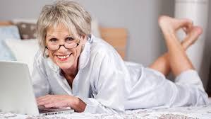 senhora internet na cama