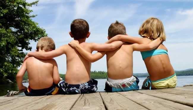 irmãos amigos-abraçados-de-costas