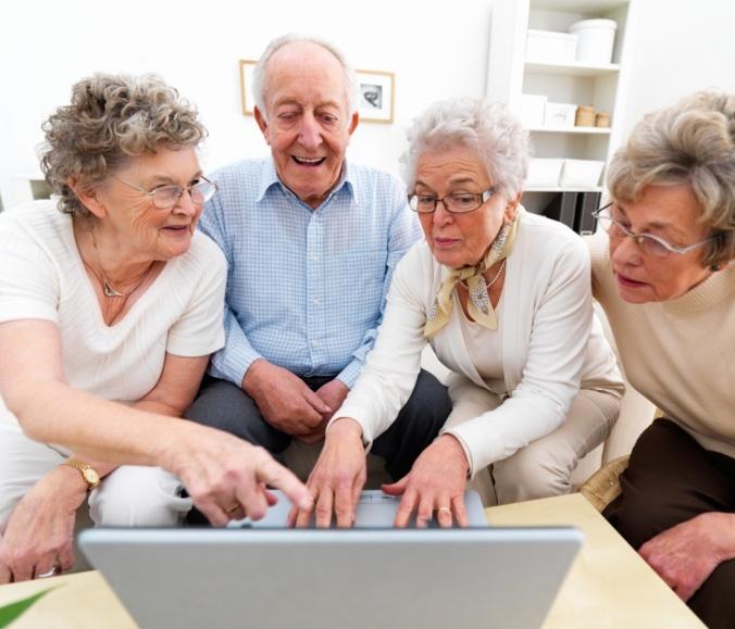 idosos no computador_midias sociais