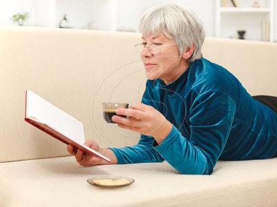 idoso lendo 3