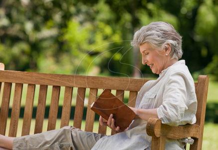 idoso lendo